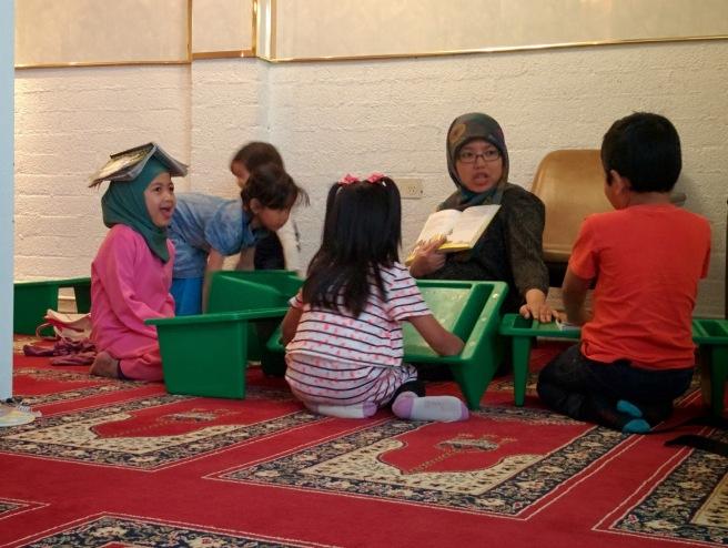 Ibu guru sedang cerita kisah Nabi Isa